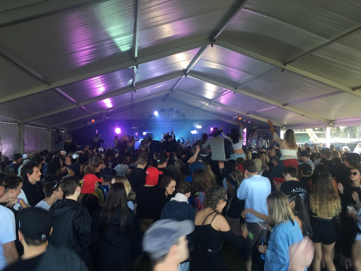 Groove crowd